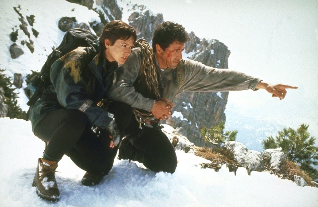 Gabe Walker (Sylvester Stallone, r.) und seine Freundin Jessie Deighan (Janine Turner, l.) sind die Einzigen, die in dem schwer zugänglichen Gebiet... - Bildquelle: 1993 Cliffhanger B.V. All Rights Reserved.