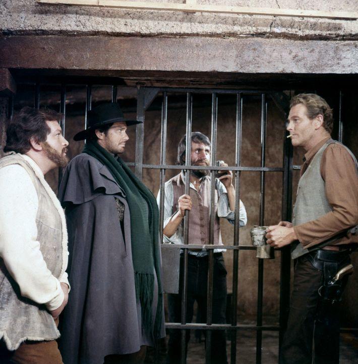 Die Revolverhelden O'Bannion (Bud Spencer, l.), Bill Kiowa (Brett Halsey, 2.v.l.) und Jeff Milton (Wayde Preston, r.) verfolgen einen sehr gefährlic...