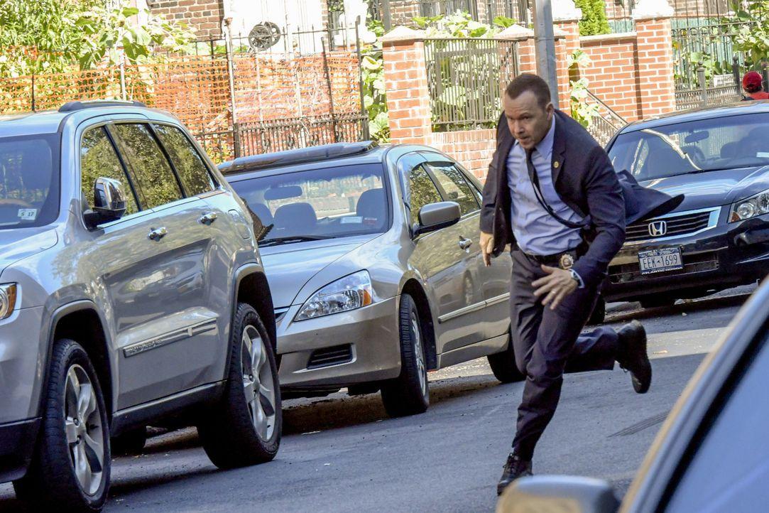 Beim Versuch einen flüchtigen Gangster zu fassen, zeigt Danny (Donnie Wahlberg) auf den Straßen New Yorks vollen Körpereinsatz. Ist er diesmal etwas... - Bildquelle: John Paul Filo 2016 CBS Broadcasting Inc. All Rights Reserved