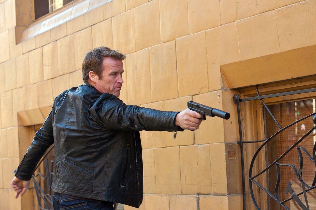Chance (Mark Valley) merkt schon bald, dass es diese Mission in sich hat ... - Bildquelle: 2011  Warner Bros.