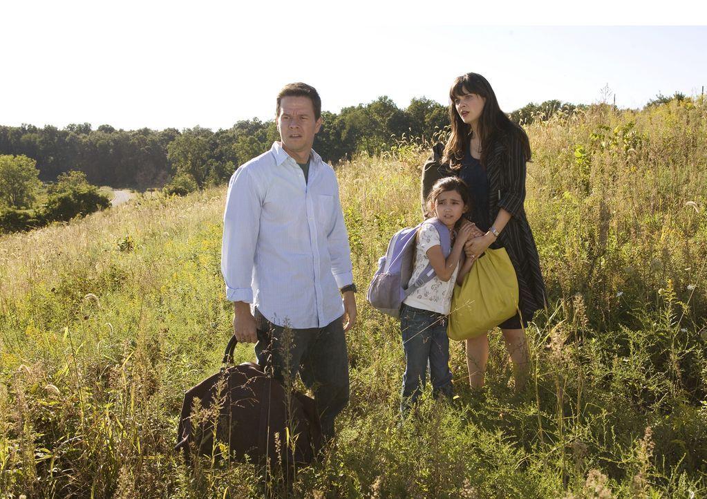 Mitten in der Pampa haben Elliot (Mark Wahlberg, r.), Alma (Zooey Deschanel, l.) und die kleine Jess (Ashlyn Sanchez, M.) keinen Kontakt zur Außenwe... - Bildquelle: 20th Century Fox