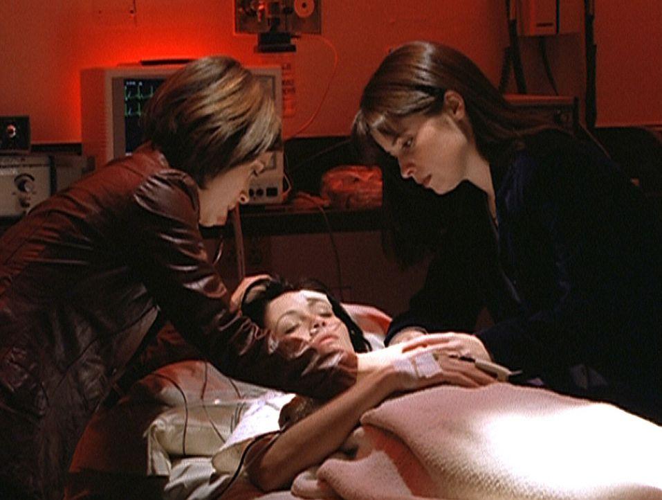 Phoebe (Alyssa Milano, l.) und Piper (Holly Marie Combs, r.) machen sich große Sorgen um Prue (Shannen Doherty, M.) ... - Bildquelle: Paramount Pictures