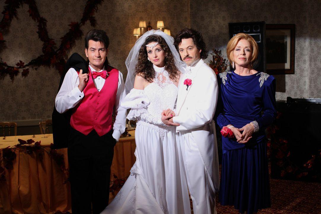 Rückblende an einen ganz besonderen Tag: Charlie (Charlie Sheen, l.), Judith (Marin Hinkle, 2.v.l.), Alan (Jon Cryer, 2.v.r.) und Evelyn (Holland T... - Bildquelle: Warner Brothers