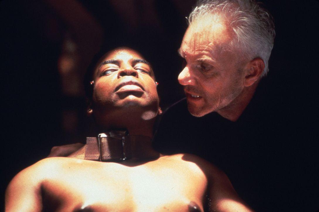 Lt. LaForge (LeVar Burton, l.) in der Gewalt des fanatischen Dr. Soran (Malcolm McDowell, r.) - Bildquelle: Paramount Pictures