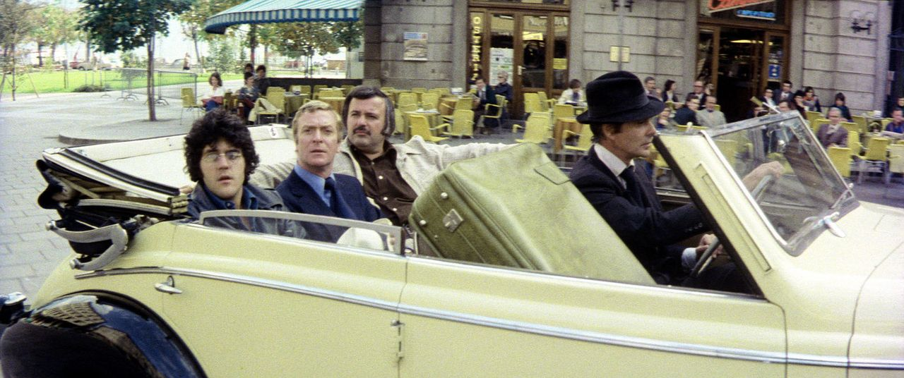 Der Prinz von Syrakus (Louis Jourdan, r.) kutschiert Doc Fletcher (Michael Caine, 2.v.l.), Marvin Skinner (Tony Mascia, 2.v.l.) und Albert Fiore (Ja... - Bildquelle: Columbia Pictures