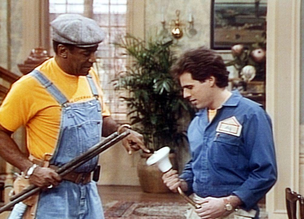 Cliff (Bill Cosby, l.) will den Klempner Andy (Josh Pais, r.) davon überzeugen, dass man den alten Duschkopf noch reparieren kann und keinen neuen... - Bildquelle: Viacom