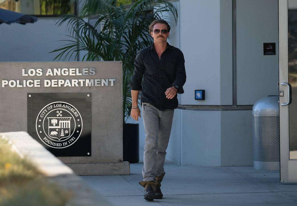 Für seinen Rachefeldzug in Mexiko muss sich Riggs (Clayne Crawford) beim LAPD rechtfertigen und verantworten - und wird prompt suspendiert ... - Bildquelle: Warner Brothers