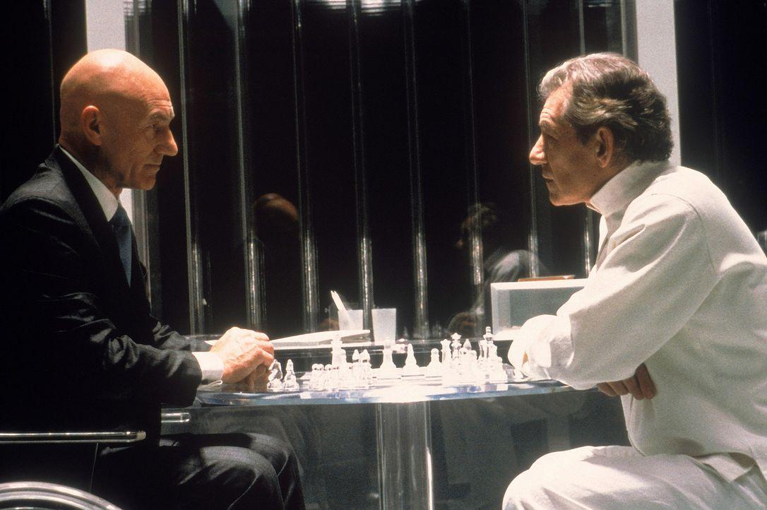 Nicht nur beim Schachspiel unversöhnliche Gegner: Professor Charles Francis Xavier (Patrick Stewart, l.) und der verbitterte Mutant Erik Magnus Lehn... - Bildquelle: 2000 Twentieth Century Fox Film Corporation. All rights reserved.