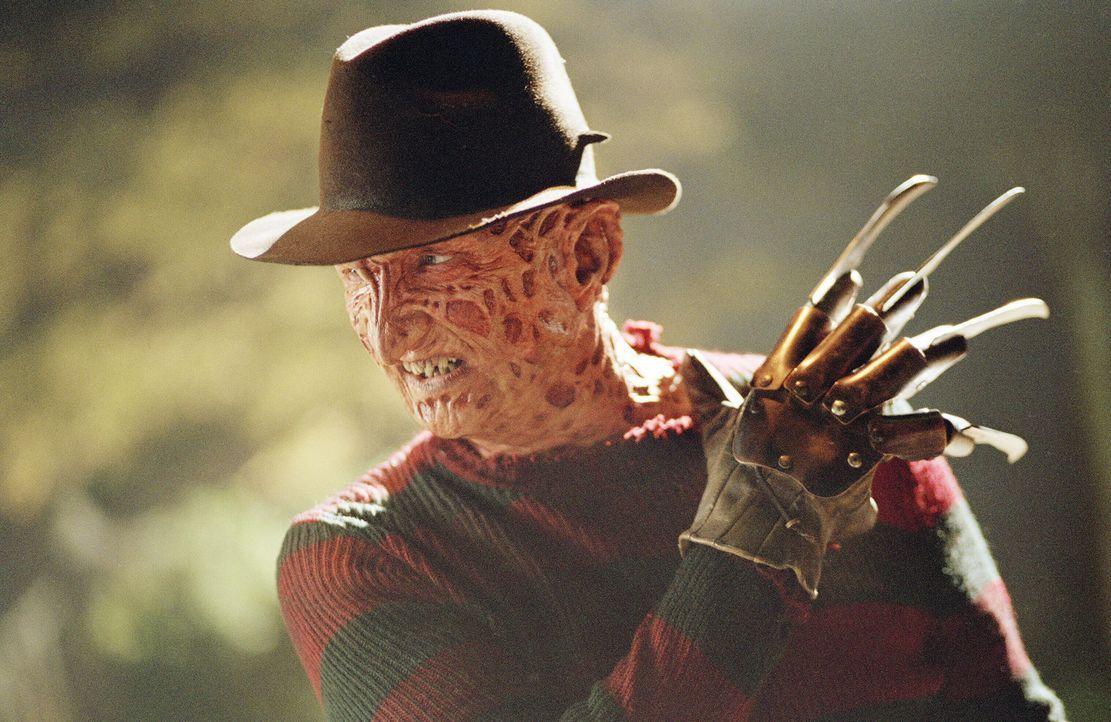 Erst spät erkennt Freddy Krueger (Robert Englund), dass die Stadt einfach für zwei mordende Bestien zu klein ist ... - Bildquelle: Warner Bros. Pictures