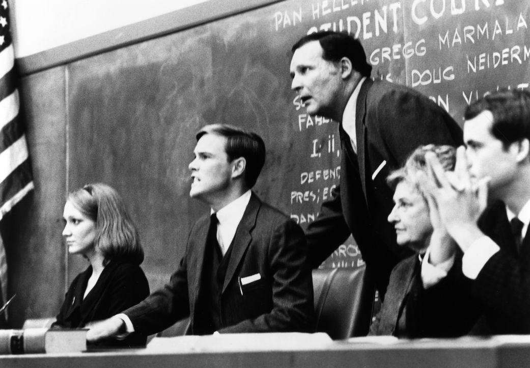 Dekan Vernon Wormer (John Vernon, M.) lässt nichts unversucht um die Studentenverbindung Delta Tau Chi loszuwerden. - Bildquelle: 1992 MCA-TV. All Rights Reserved.