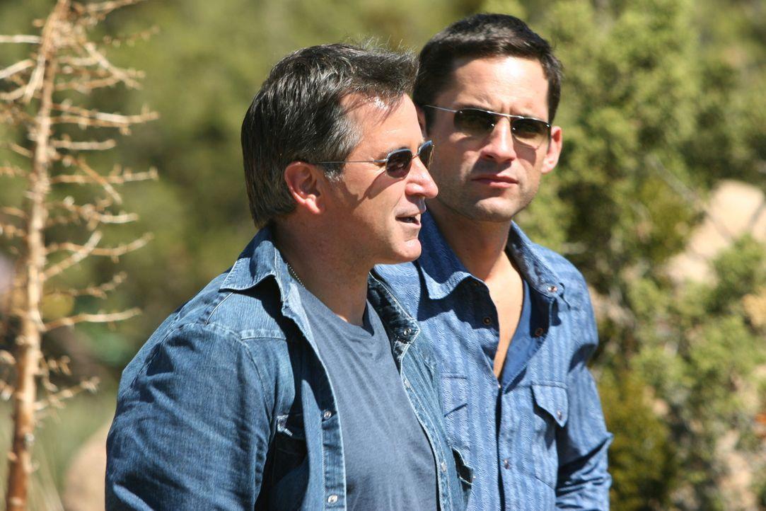 Langsam kommen Danny (Enrique Murciano, r.) und Jack (Anthony LaPaglia, l.) der Entführung von James Costin auf die Spur ... - Bildquelle: Warner Bros. Entertainment Inc.