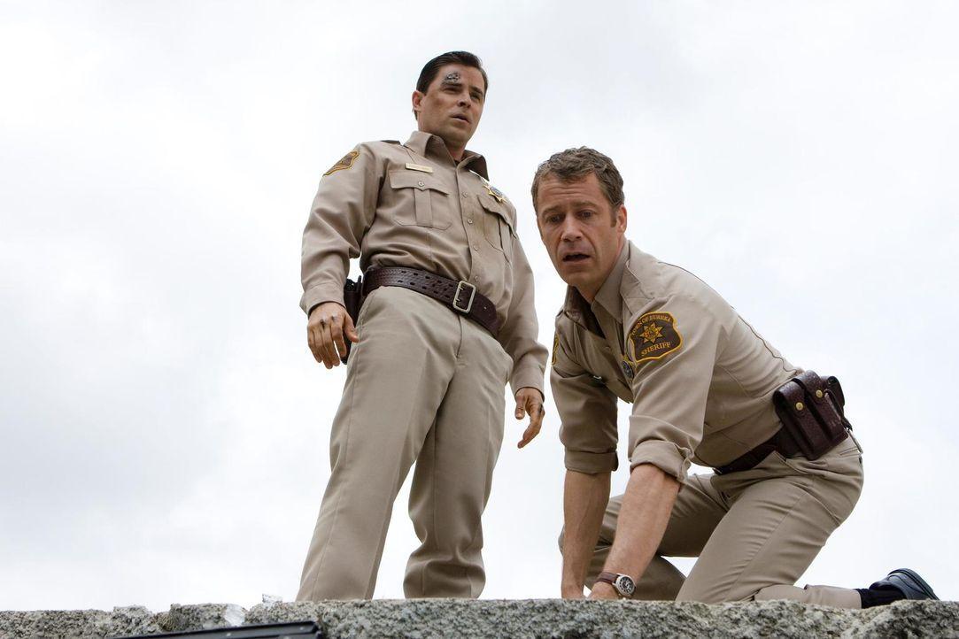 Nach dem Unfall mit dem Ghettoblaster, leidet Carter (Colin Ferguson, r.) unter Halluzinationen. Er sieht immer wieder Deputy Andy (Kavan Smith, l.)... - Bildquelle: Universal Television