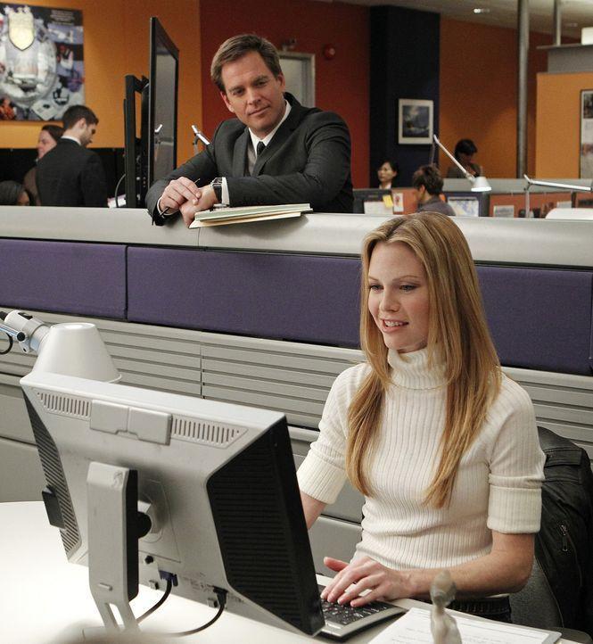 Ein neuer Fall um einen Serienmörder wartet auf Tony (Michael Weatherly, l.) und Special Agent E.J. Barrett (Sarah Jane Morris, r.) ... - Bildquelle: CBS Television