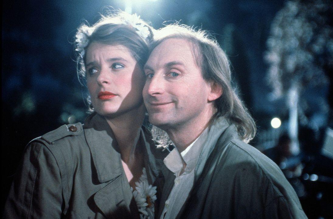 Endlich hat Amors Pfeil auch Tina (Jessika Cardinahl, l.) getroffen und einer Beziehung mit Otto (Otto Waalkes, r.) steht nichts mehr im Wege - glau...