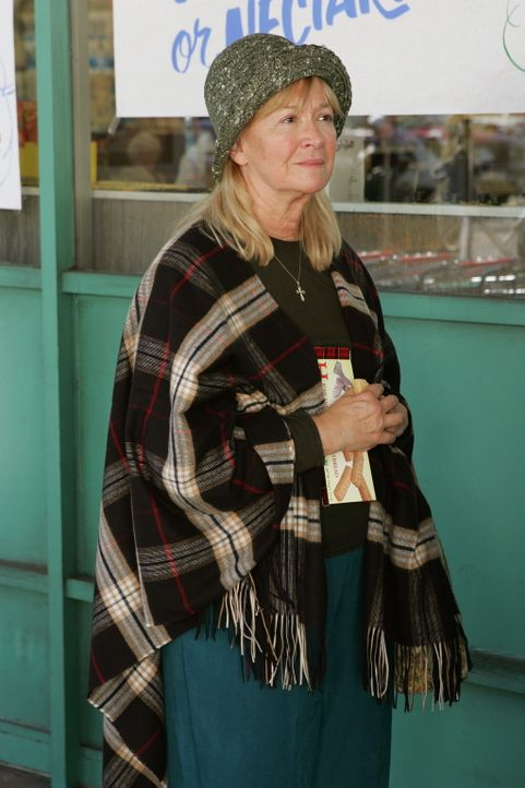 Weiß Zelda (Diane Ladd) doch mehr über das plötzliche Verschwinden von Bettie Petrowski im Jahre 1954? - Bildquelle: Warner Bros. Television