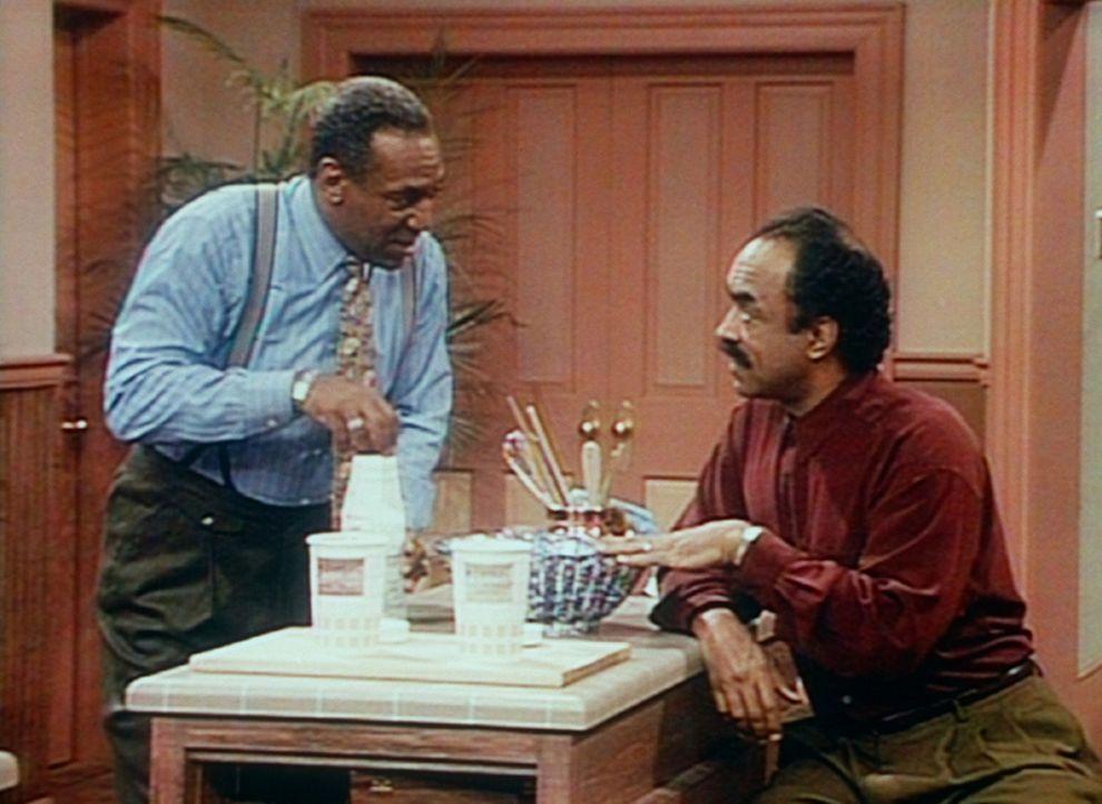 Cliff (Bill Cosby, l.) verrät Herb (Ron Foster, r.) die Ingredenzien seines Spezial-Desserts. - Bildquelle: Viacom