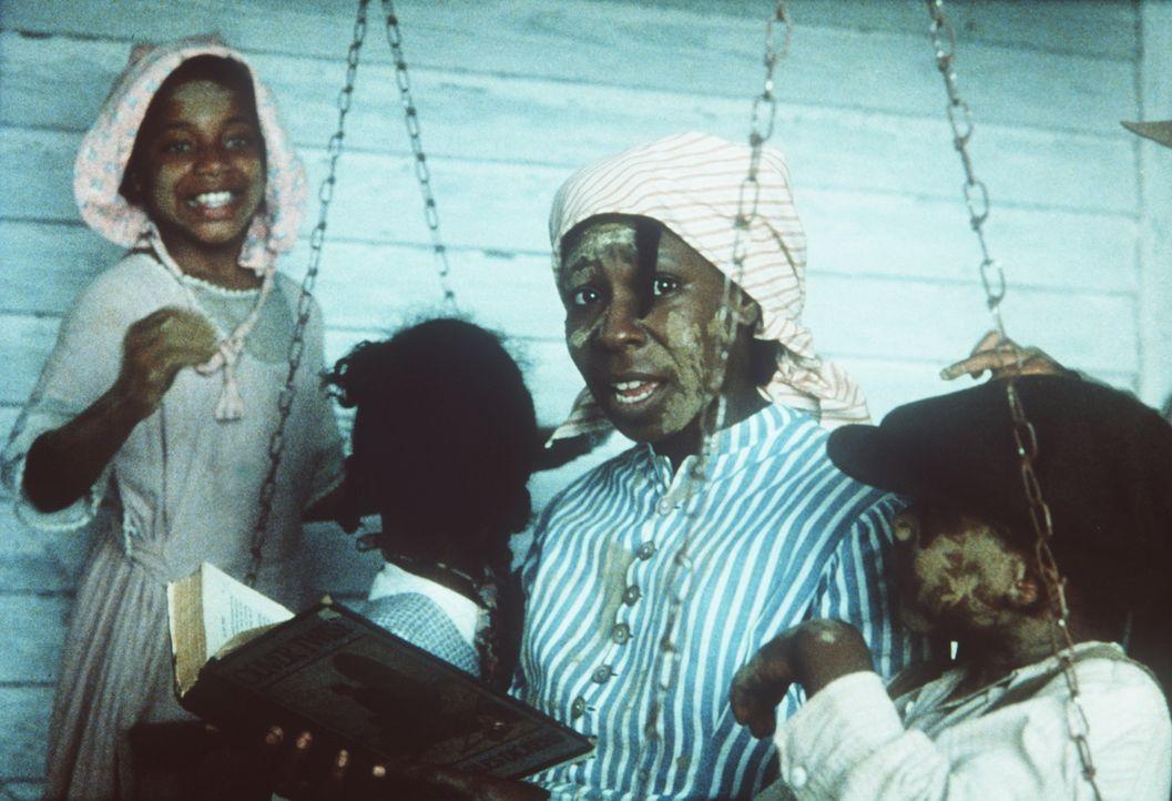 Trotz aller Schläge und Demütigungen ihres Mannes kümmert sich Celie (Whoopi Goldberg, 2.v.r.) weiterhin liebevoll um seine vier Kinder ... - Bildquelle: Warner Bros.
