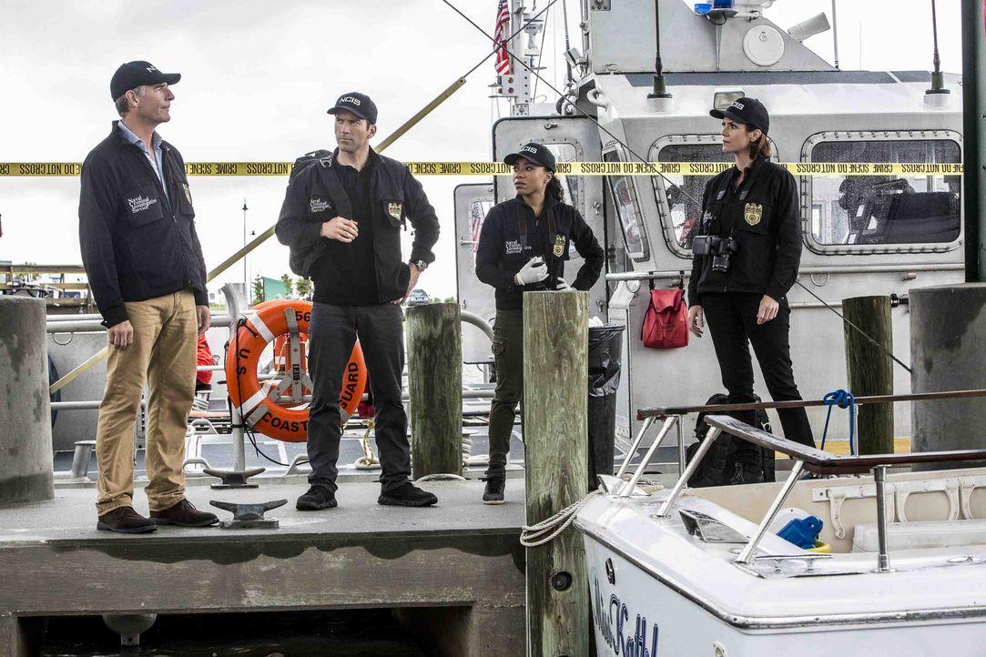 Pride (Scott Bakula, l.), LaSalle (Lucas Black, 2.v.l.), Percy (Shalita Grant, 2.v.r.) und Brody (Zoe McLellan, r.) wollen den Mörder eines Navy-Tau... - Bildquelle: Skip Bolen 2016 CBS Broadcasting, Inc. All Rights Reserved / Skip Bolen