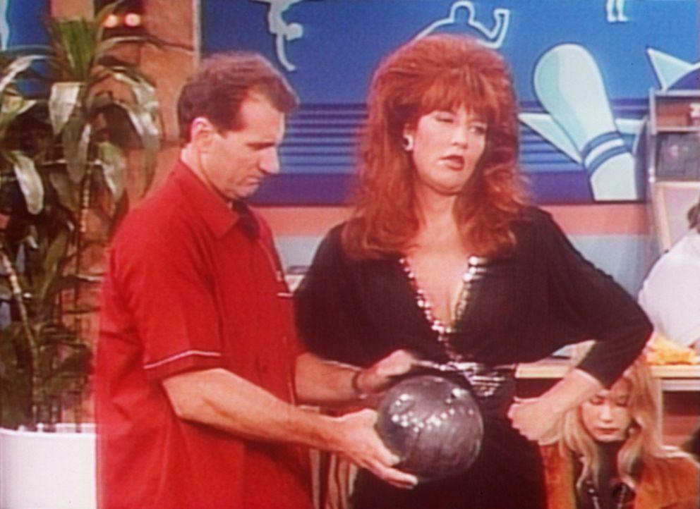 Anstatt mit Peggy (Katey Sagal, r.) ihren Geburtstag zu feiern, will Al (Ed O'Neill, l.) beim Bowling für einen neuen Rekord sorgen. - Bildquelle: Columbia Pictures