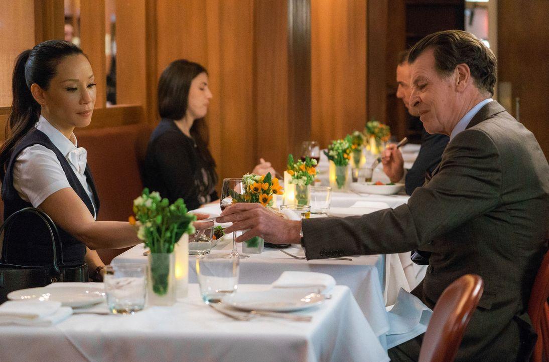 Joan (Lucy Liu) wundert sich, warum Morland (John Noble) sie alleine zum Abendessen treffen möchte ... - Bildquelle: Michael Parmelee 2015 CBS Broadcasting Inc. All Rights Reserved.
