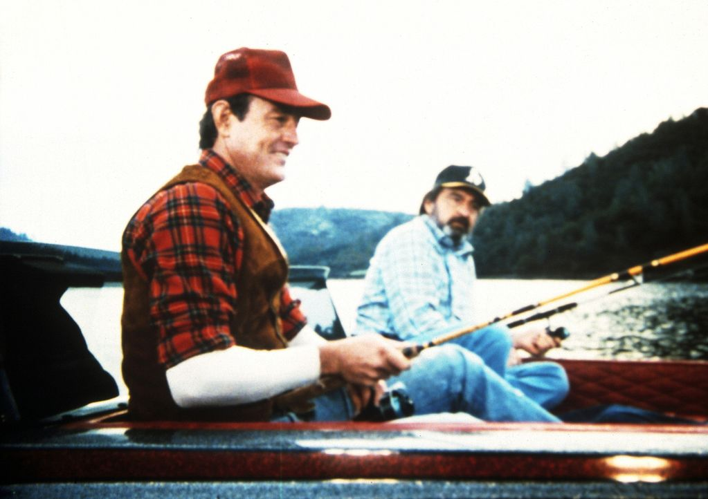 Earl (John Lawlor, l.) hat Mark (Victor French, r.) einen besonders guten Fischplatz gezeigt, wo sie nun um die Wette angeln ... - Bildquelle: Worldvision Enterprises, Inc.
