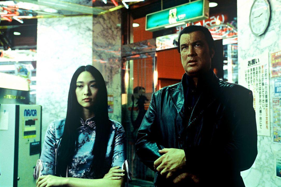 Ihnen bleibt nicht viel Zeit: Ex-CIA-Agent Travis Hunter (Steven Seagal, r.) und Ayako (Chiaki Kuriyama, l.) ... - Bildquelle: 2005 Sony Pictures Home Entertainment Inc. All Rights Reserved.