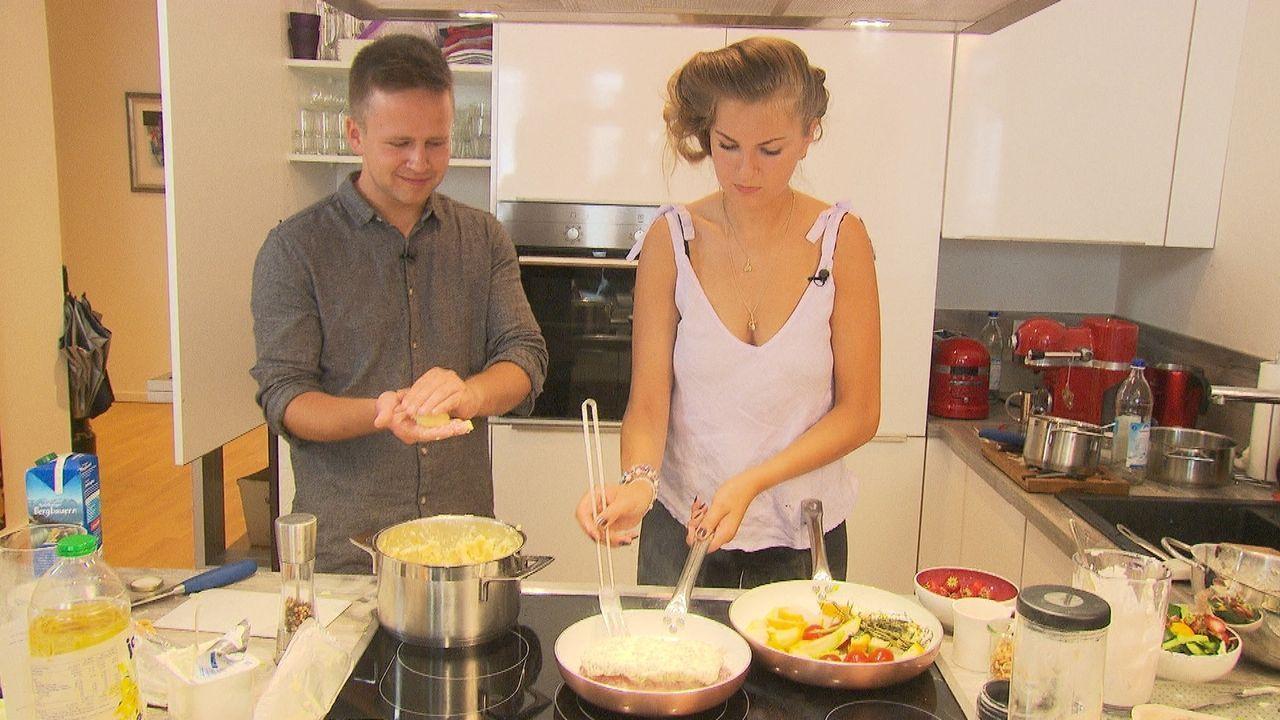 Die besten Freunde Robin und Charly stellen ihre ganze Küche auf den Kopf, um dem Profi zu beweisen, dass sie kochen können ... - Bildquelle: kabel eins
