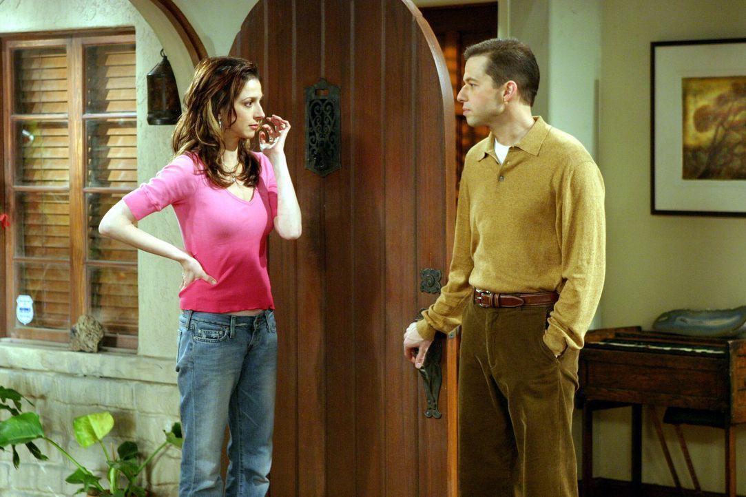 Judith (Marin Hinkle, l.) kommt zu Besuch und kann nicht verstehen warum Alan (Jon Cryer, r.) und Charlie zerstritten sind ... - Bildquelle: Warner Brothers Entertainment Inc.