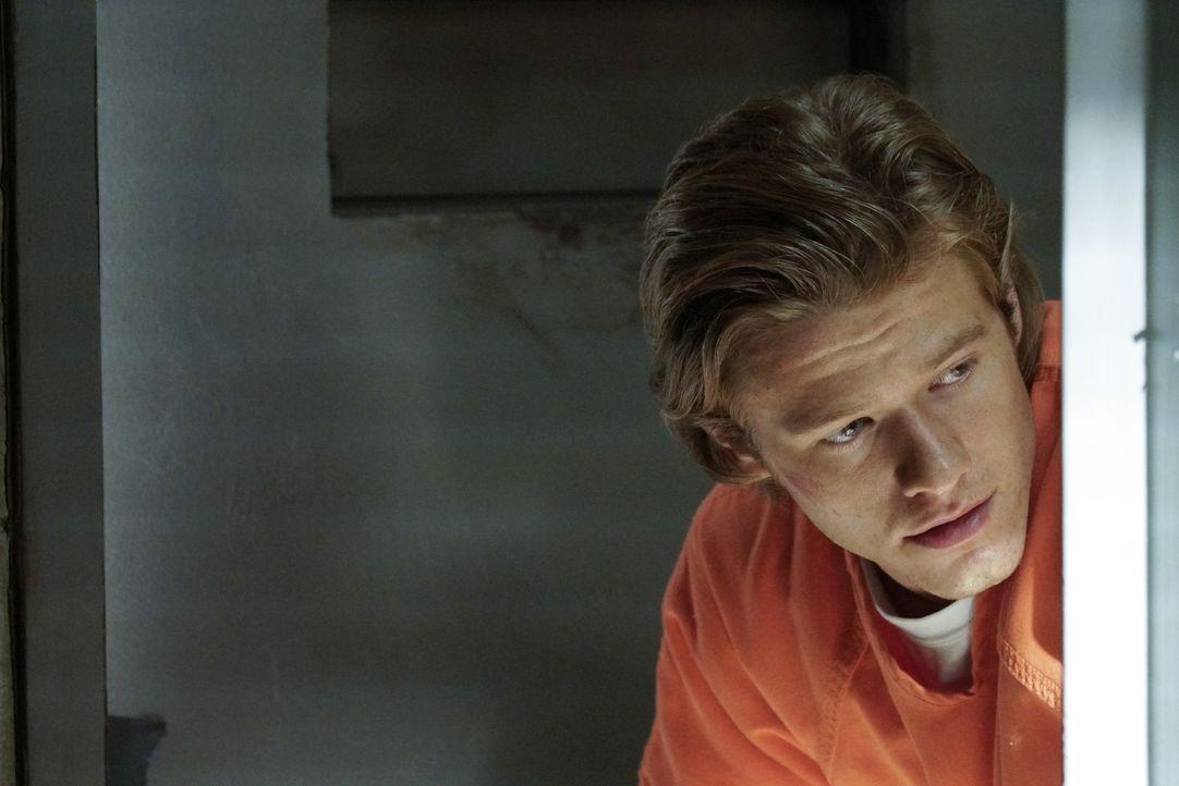 Um das Vertrauen von Drogenbaron El Noche zu gewinnen, begiebt sich MacGyver (Lucas Till) selbst als Insasse in ein Hochsicherheitsgefängnis ... - Bildquelle: 2016 CBS Broadcasting, Inc. All Rights Reserved