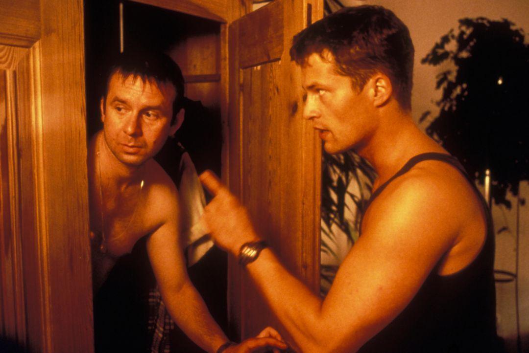 Was macht Norbert (Joachim Król, l.) im Schrank von Axel (Til Schweiger, r.)? - Bildquelle: Constantin Film