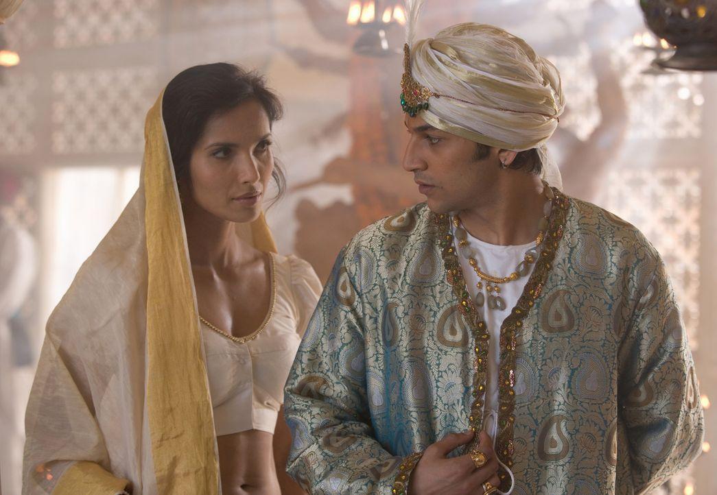Legen sich mit dem Britischen Empire an: Madhuvanthi (Padma Lakshmi, l.) und der Maharadscha Khande Rao (Karan Panthaky. r.) ... - Bildquelle: Copyright BBC 2006