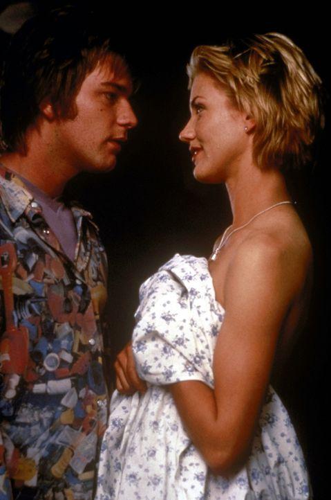 Wer hätte das gedacht? Das Entführungsopfer Celine (Cameron Diaz, r.) verliebt sich unstandesgemäß in ihren Entführer Robert (Ewan McGregor, l.... - Bildquelle: PolyGram Filmed Entertainment