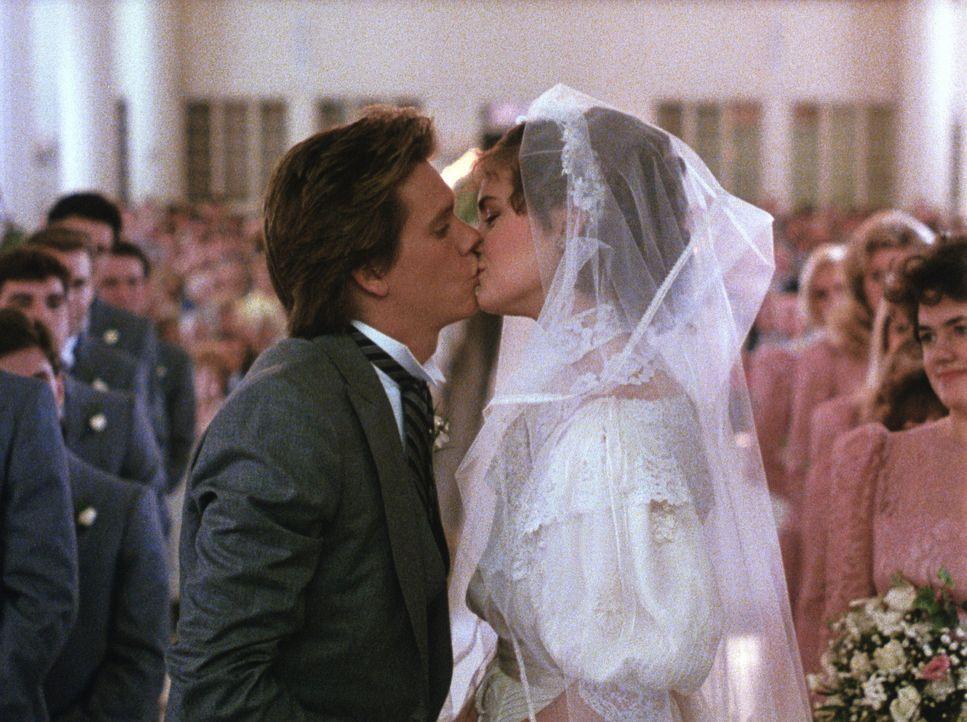 Während ihre Altersgenossen noch von Party zu Party eilen, schließen Jake (Kevin Bacon, l.) und Kristy (Elizabeth McGovern, r.) den Bund fürs Leb... - Bildquelle: Paramount Pictures