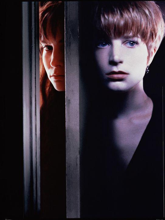 Die junge Allison Jones (Bridget Fonda, r.) sucht per Anzeige eine Untermieterin für ihr Apartment. In der sympathischen Hedra (Jennifer Jason Leig... - Bildquelle: Columbia Pictures