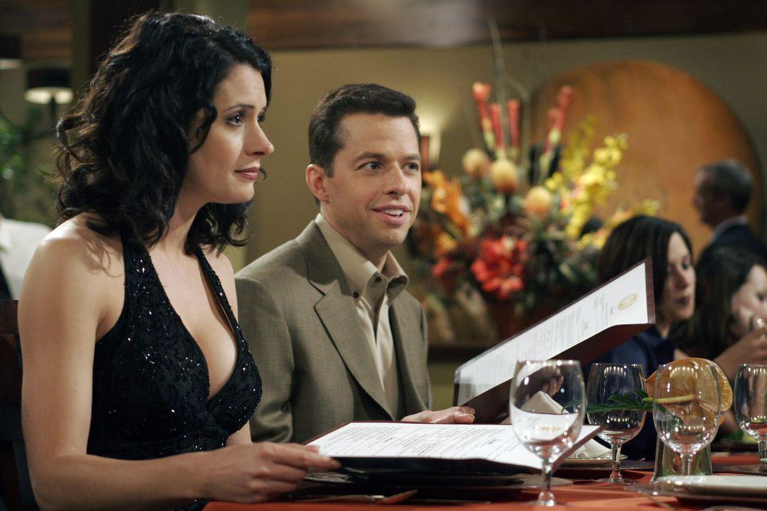 Damit hat niemand gerechnet: Jamie (Paget Brewster, l.) will sich an Alan (Jon Cryer, r.) und Charlie rächen ... - Bildquelle: Warner Bros. Television