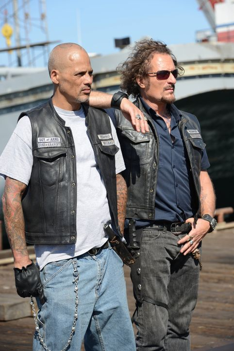 Die Lage spitzt sich zu. Happy (David Labrava, l.) und Tig (Kim Coates, r.) bereiten sich auf den großen Einsatz vor ... - Bildquelle: Michael Becker 2013 Twentieth Century Fox Film Corporation and Bluebush Productions, LLC. All rights reserved.
