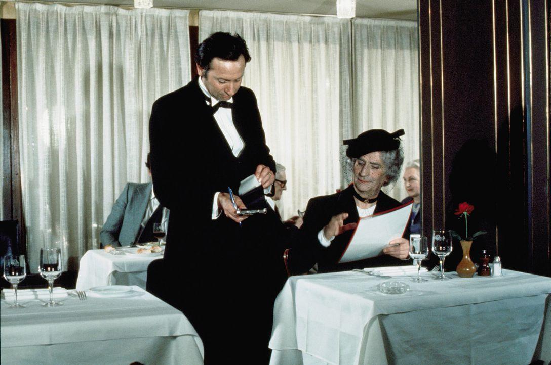 Er kommt inkognito zu den Wirten, mal als Dame, Cowboy und Chauffeur verkleidet. Restaurant-Tester Charles Duchemin (Louis de Funès, r.) schnuppert,... - Bildquelle: Kinowelt GmbH