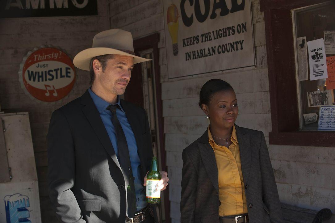 Deputy Marshal Raylan Givens (Timothy Olyphant, l.) und US Marshall Rachel Brooks (Erica Tazel, r.) sollen einen Kinderschänder dingfest machen, de... - Bildquelle: Sony Pictures Television Inc. All Rights Reserved.