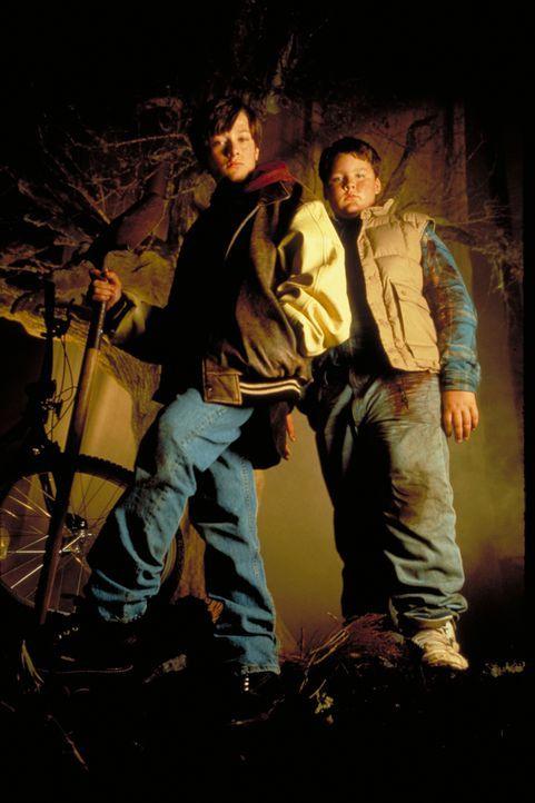 Gespannt warten Jeff (Edward Furlong, l.) und sein Kumpel Drew (Jason McGuire, r.) was mit dem soeben begrabenen Vierbeiner passiert ... - Bildquelle: 2020 Paramount Pictures. All Rights Reserved.