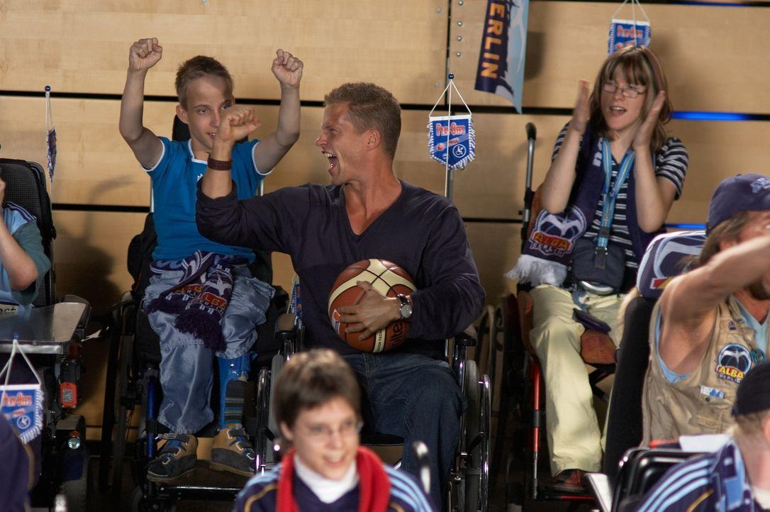 Weil er dem Sohn seiner Angebeteten imponieren will, markiert der kerngesunde Bauarbeiter Fred (Til Schweiger, M.) einen Rollstuhlfahrer, da man sch... - Bildquelle: Senator Film