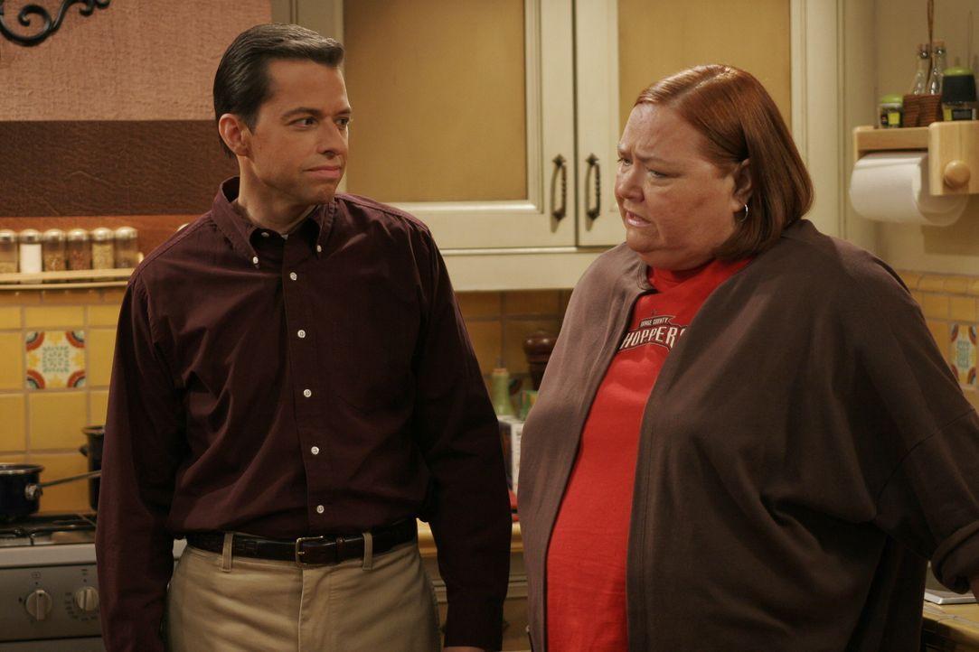 Berta (Conchata Ferrell, r.) ist entsetzt, als sie von  Alan (Jon Cryer, l.) den Grund erfährt,  warum Jake von der Schule suspendiert wurde ... - Bildquelle: Warner Brothers Entertainment Inc.