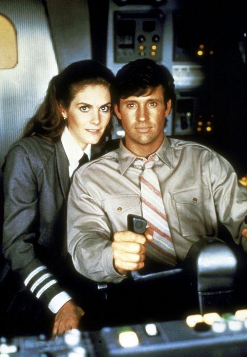 Gemeinsam überstehen Ted (Robert Hayes, r.) und Elaine (Julie Hagerty, l.) die haarsträubenden Abenteuer auf der gefährlichen Reise zum Mond ... - Bildquelle: Paramount Pictures