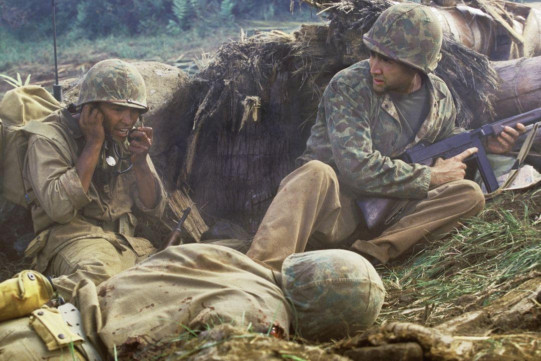 Sergeant Joe Enders (Nicolas Cage, r.) muss den ihm anvertrauten Code-Sprecher Ben Yahzee (Adam Beach, l.) im Schützengraben vor den Angriffen der J... - Bildquelle: 2002 METRO-GOLDWYN-MAYER PICTURES INC.. All Rights Reserved