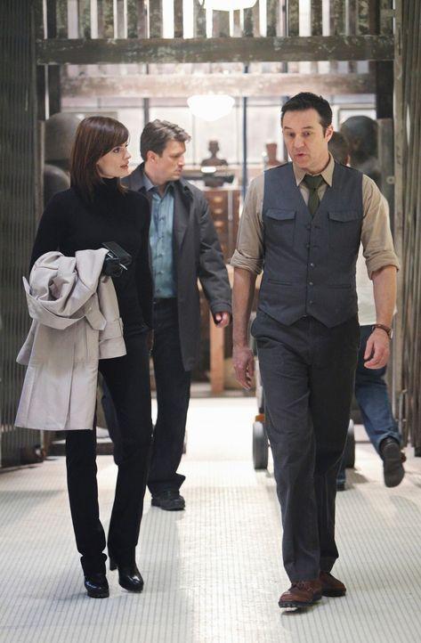 Stanford Raynes (Currie Graham, r.) führt Castle (Nathan Fillion, M.) und Beckett (Stana Katic, l.) durch das Historische Museum New Yorks. - Bildquelle: ABC Studios
