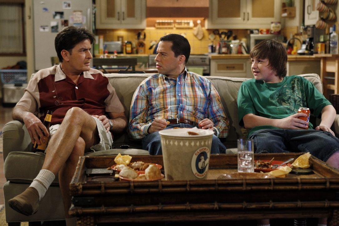 Männerabend: Charlie (Charlie Sheen, l.), Alan (Jon Cryer, M.) und Jake (Angus T. Jones, r.) ... - Bildquelle: Warner Brothers Entertainment Inc.