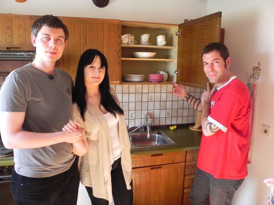 Wohnprofi Volker Harzdorf (r.) greift Jürgen (l.) und Olga (M.) unter die Arme, ihre erste gemeinsame Wohnung auf Vordermann zu bringen. - Bildquelle: kabel eins