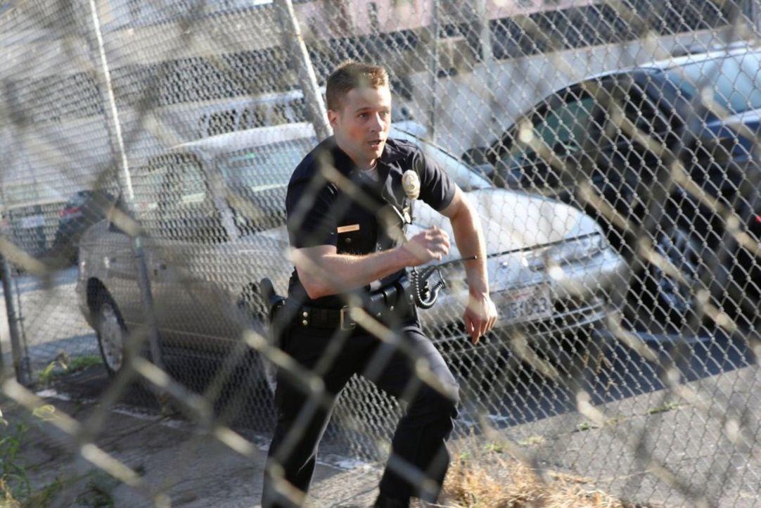 Officer Ben Sherman (Benjamin McKenzie) liefert sich eine wilde Verfolgungsjagd mit einem Verdächtigen ... - Bildquelle: Warner Brothers