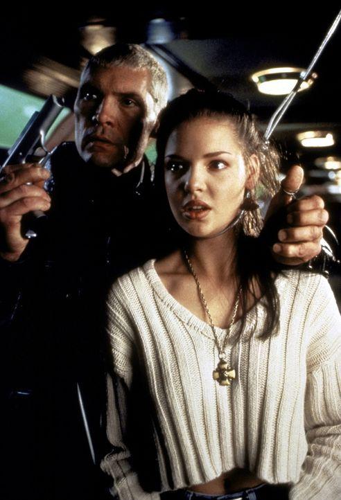 Als der skrupellose Anführer der Söldner, Penn (Everett McGill, l.), die arme Sarah (Katherine Heigl, r.) als Geisel nimmt, ahnt er nicht, dass er s... - Bildquelle: Warner Bros.