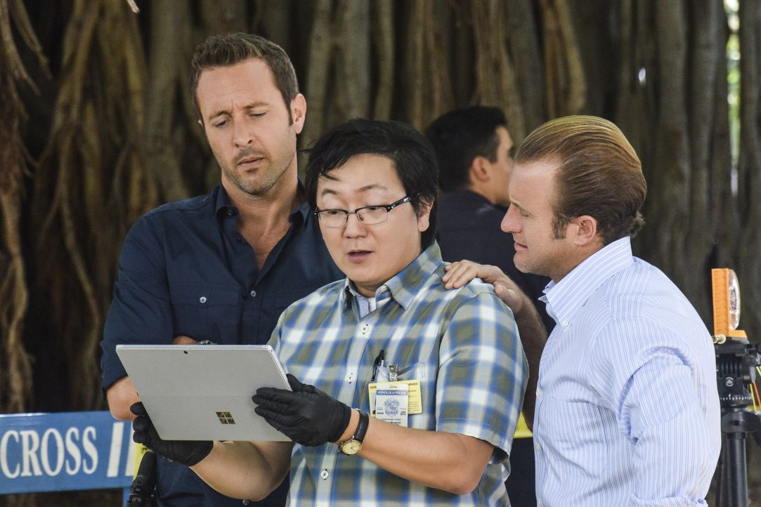 Als Jerrys Freundin plötzlich niedergeschossen wird, müssen Steve (Alex O'Loughlin, r.), Danny (Scott Caan, r.) und Max (Masi Oka, M.) ermitteln, um... - Bildquelle: Norman Shapiro 2016 CBS Broadcasting, Inc. All Rights Reserved / Norman Shapiro