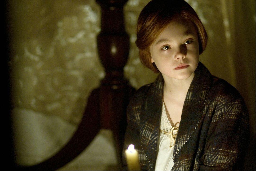 Eines Tages begegnet Benjamin im Altenheim der jungen Daisy (Elle Fanning), die dort ihre Großmutter besucht. Ab diesem Zeitpunkt beginnt er aufzubl... - Bildquelle: 2009   Warner Brothers
